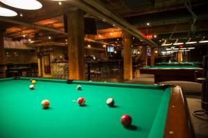 Roxy_bar_pool_table_t3